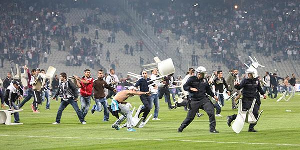 Besiktas vs Galatasaray intrerupt din cauza suporterilor – FOTO